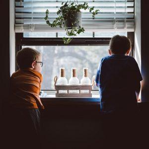 Des enfants curieux